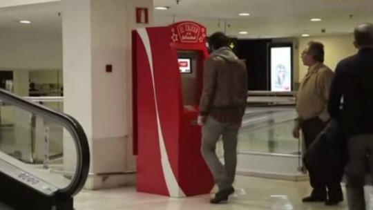 Coca Cola cajero felicidad